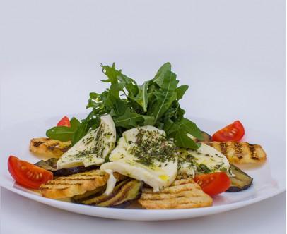 Салат с баклажанами и молодым сыром Моцарелла